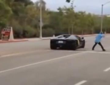 Нервный парень бросил камень в Lamborghini Aventador Roadster