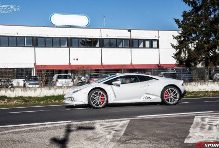 Замаскированный Lamborghini Huracan на выезде из завода в Сант'Агата-Болоньезе
