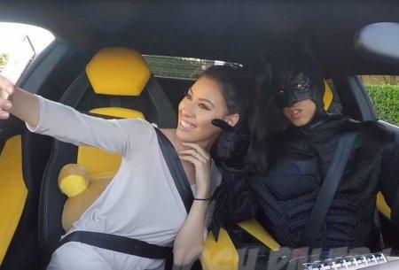 Девушка делает селфи в Ламборгини, да еще и с Бэтменом!