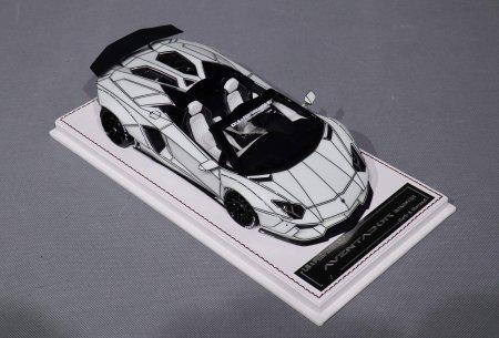 Davis & Giovanni представляет модель LB Performance Lamborghini Aventador LP 700-4 LB-R Roadster 'Tron' в мастабе 1:18 выкрашенную синей люминесцентной краской. Дневное освещение.