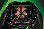 2018 Aventador SVJ. Подобно моделям Veneno, Centenario или спортивным автомобилям, углепластиковая крышка моторного отсека крепится к кузову при помощи фиксаторов.
